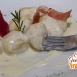 Gnocchis rellenos de prosciutto en salsa 4 quesos